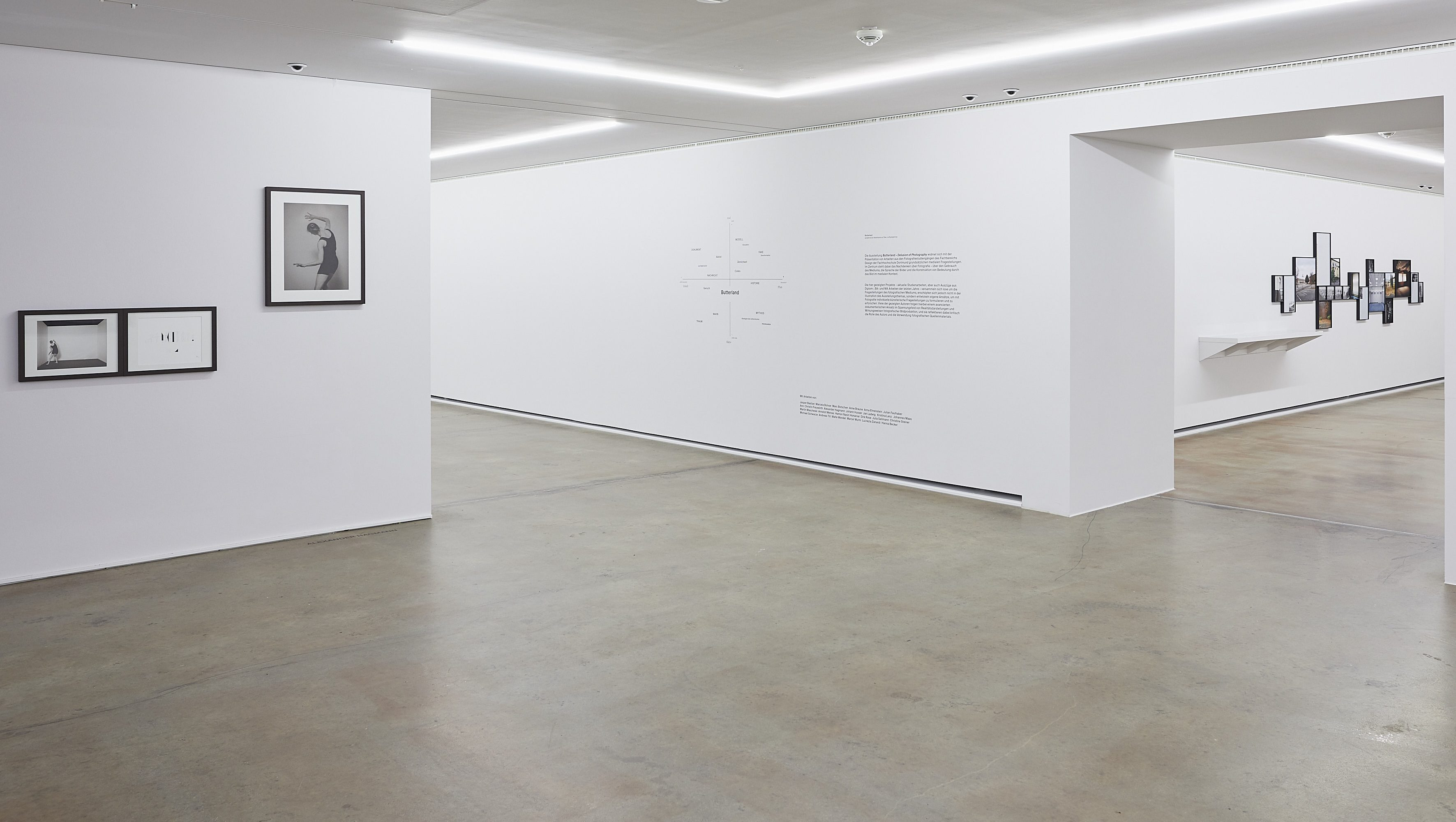 Raumansicht mit Arbeiten von Alexander Hagmann, Andreas Till und Ausstellungsbeschreibung