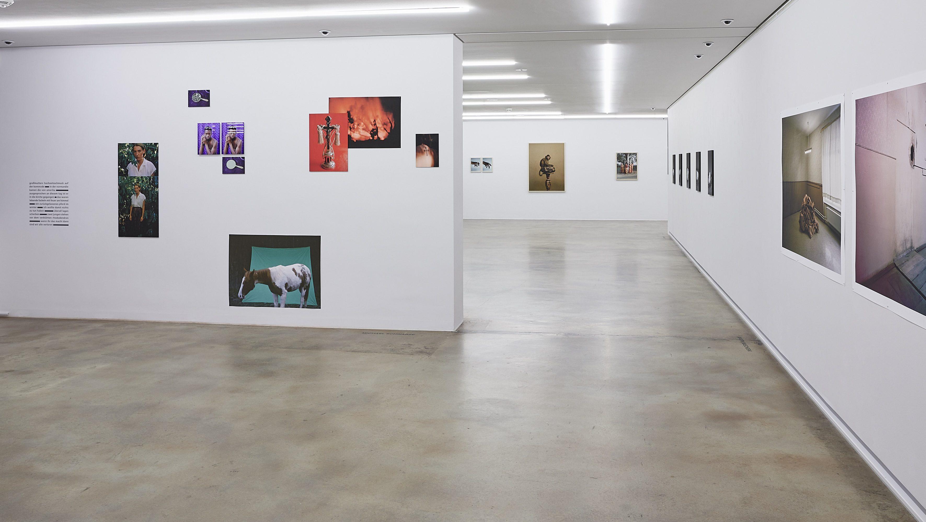 Raumansicht mit Arbeiten von Michael Schwarze, Julia Sellmann, Kristina Lenz und Martin Mascheski