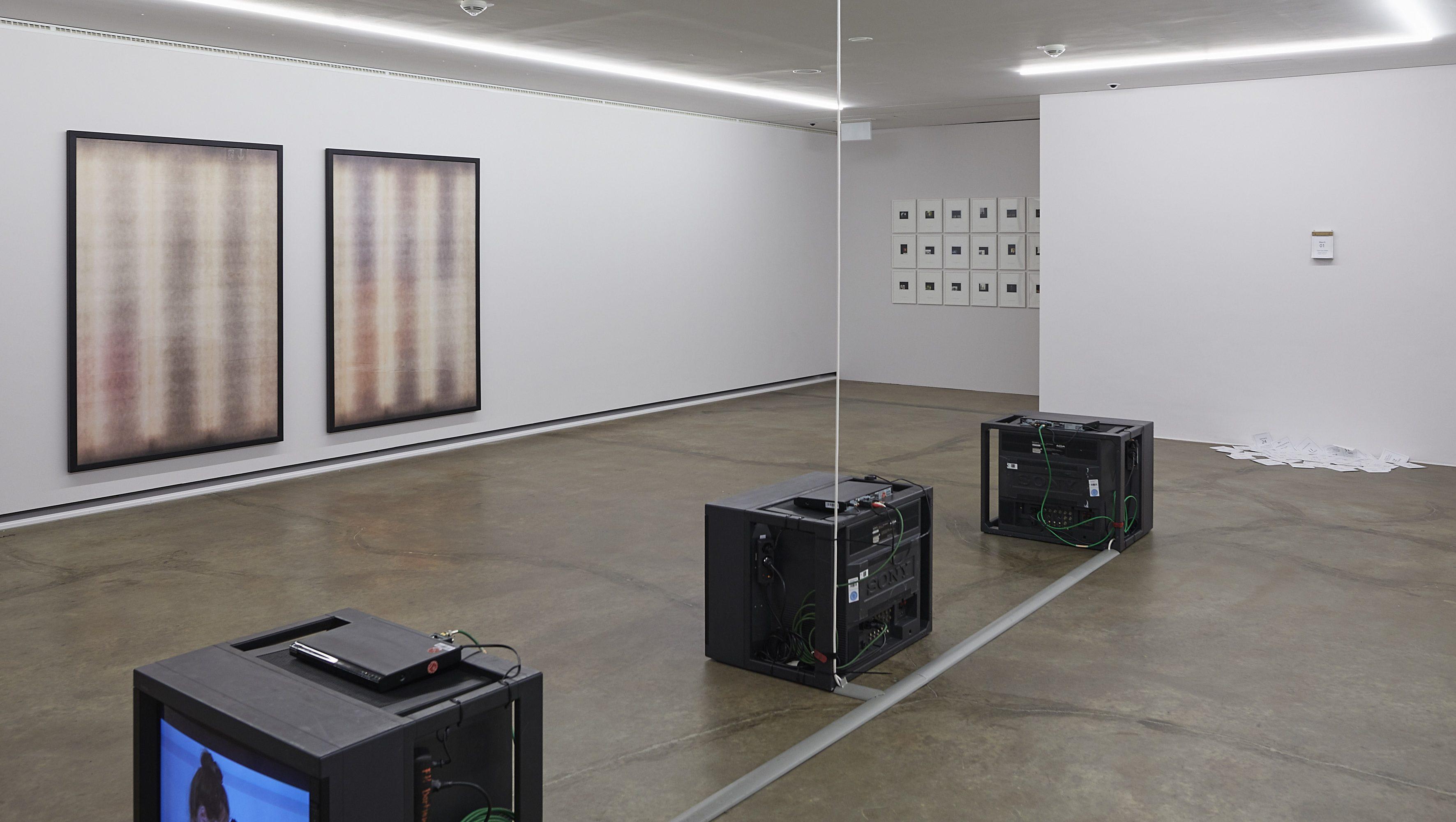 Raumansicht mit Arbeiten von Johannes Maas, Dirk Rose und Annelot Meines