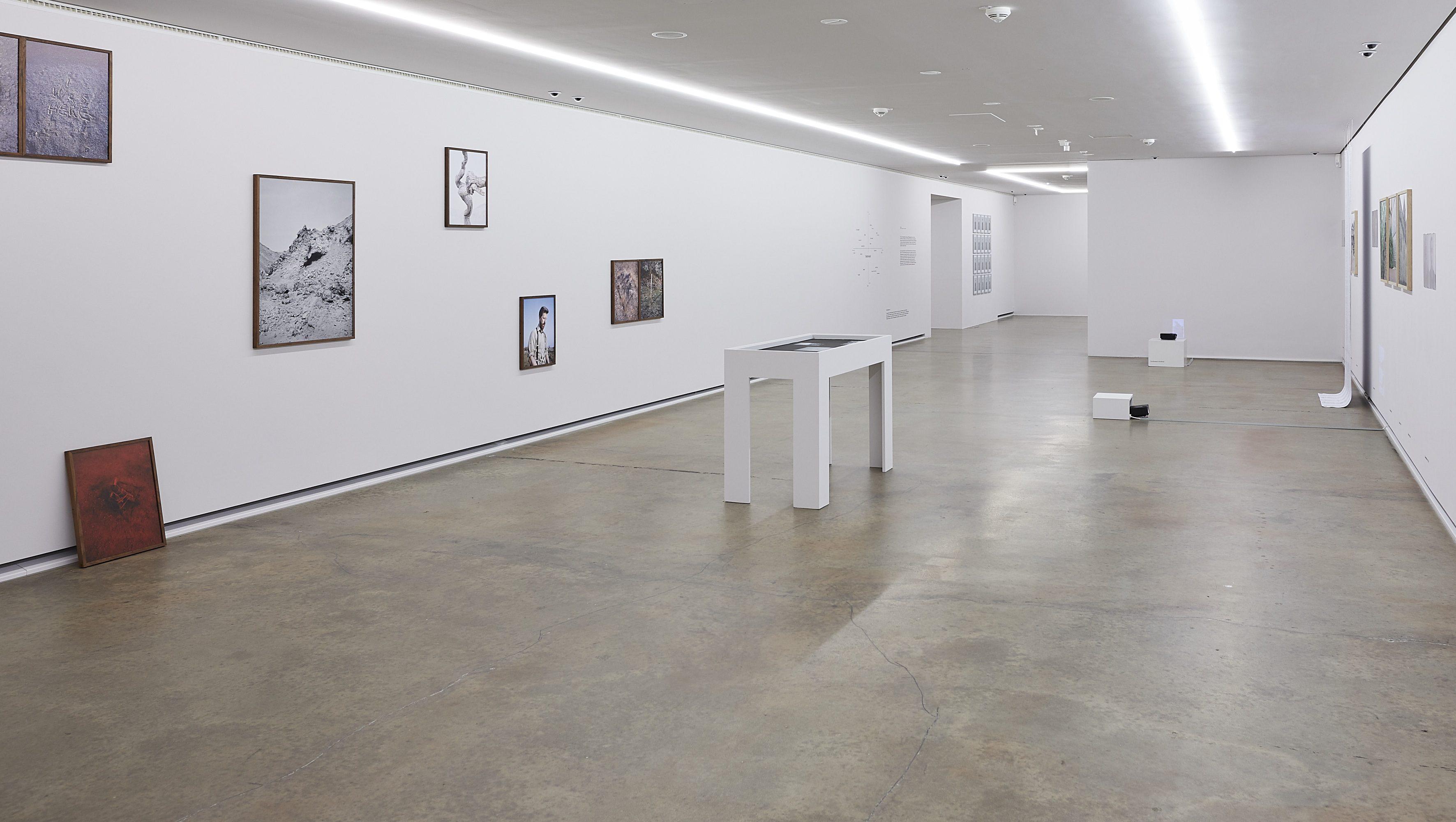 Raumansicht mit Arbeiten von Jasper Bastian und Anne Braune