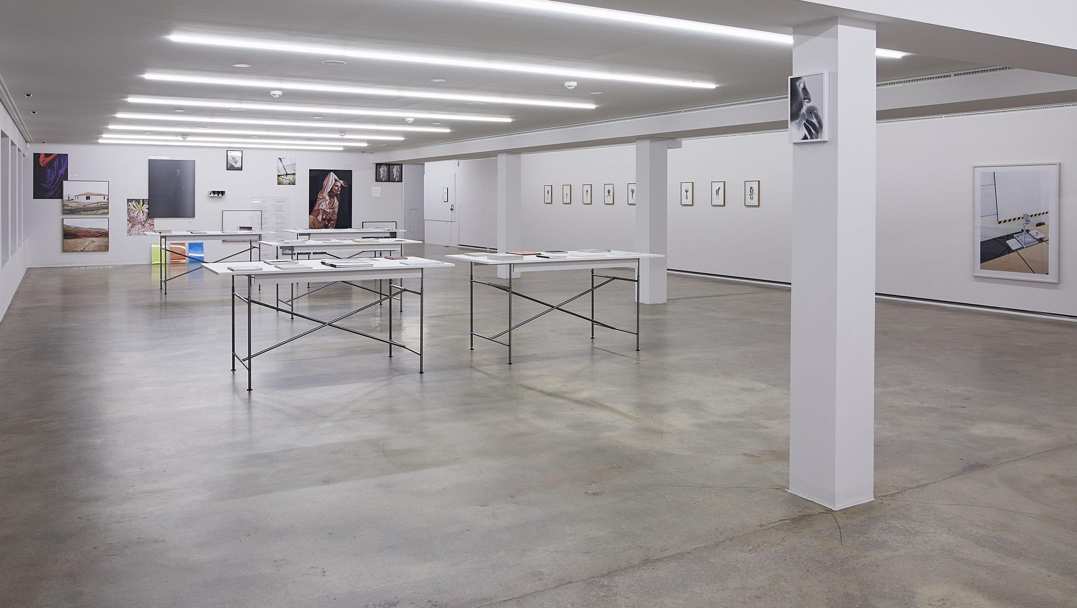 Raumansicht mit Arbeiten von Hanna Becker, Marcela Bolivar, Christine Steiner und der Buchausstellung